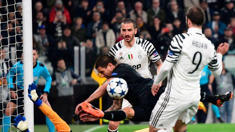 Pereira (C) blocks Gonzalo Higuain's (R) shot