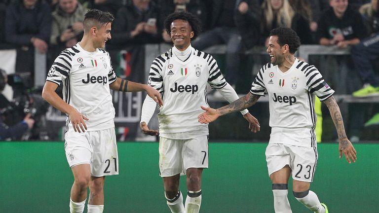 Juventus' Juan Cuadrado (L) and Dani Alves (R) celebrate