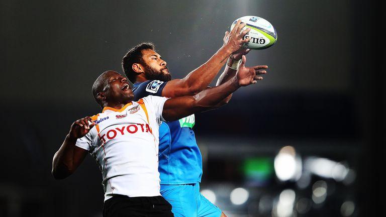 Patrick Tuipulotu takes a lineout ball ahead of Oupa Mahoje of the Cheetahs