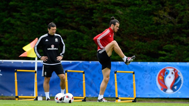 Morgans oversees Gareth Bale's training for Wales