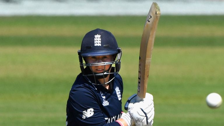 Tammy Beaumont and Sarah Taylor made a World Cup-record second-wicket stand of 275 as England beat South Africa
