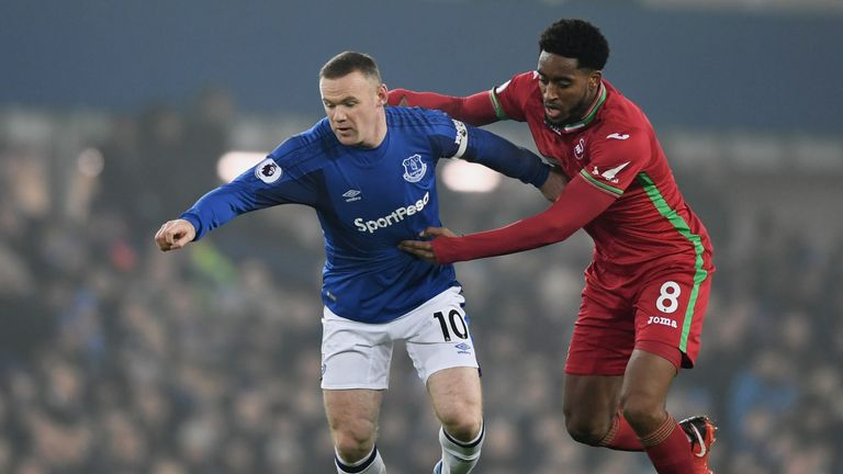 Everton's Wayne Rooney competes with Leroy Fer