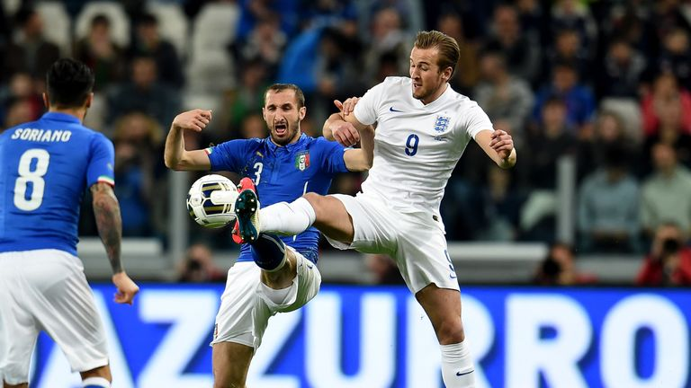 Chiellini challenges Kane in an international friendly in 2015