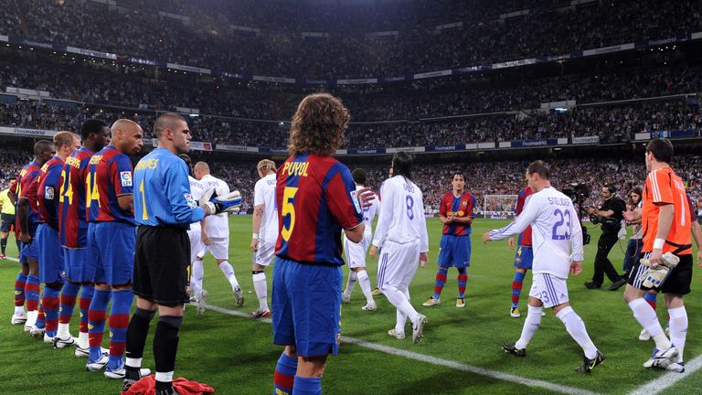 Barcelona gives Real Madrid an honor guard after winning the title in 2008