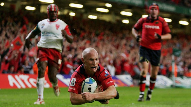 Peter Stringer scores a try as Munster beat Biarritz in the 2006 Heineken Cup final