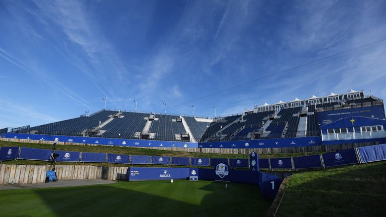 7,000 spectators will greet the players at the opening tee