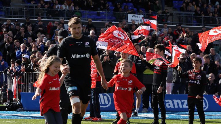 Richard Wigglesworth runs onto the pitch with his children  for his 266th Premiership appearance