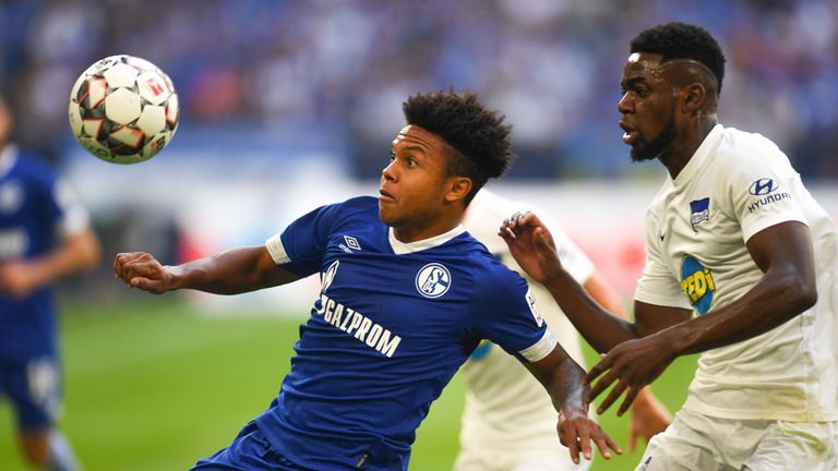 Hertha Berlin's Jordan Torunarigha (R) and Schalke's Weston McKennie vie for the ball