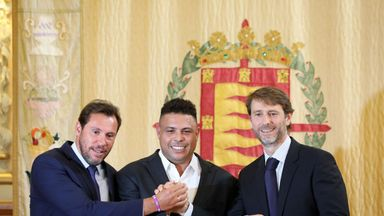 Ronaldo (C) holds a Real Valladolid jersey as he poses with Valladolid mayor Oscar Puente (L) and club president Carlos Suarez