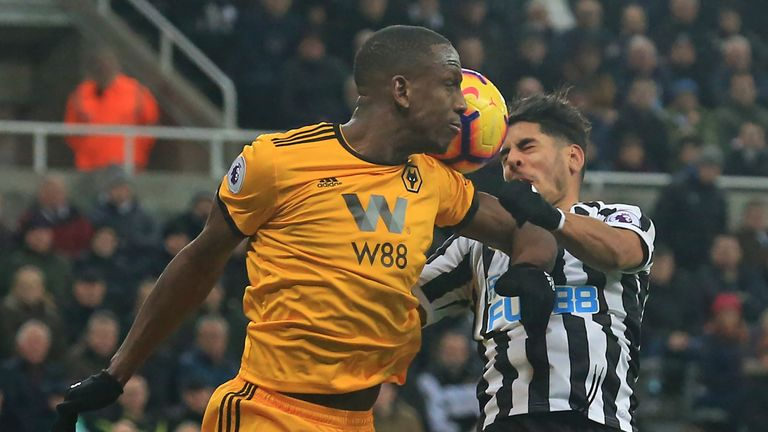 Willy Boly challenges with Ayoze Perez