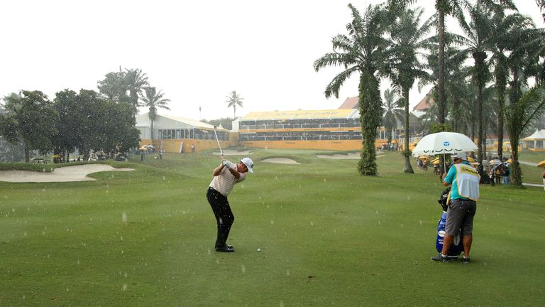 Hend led by one shot when play was halted