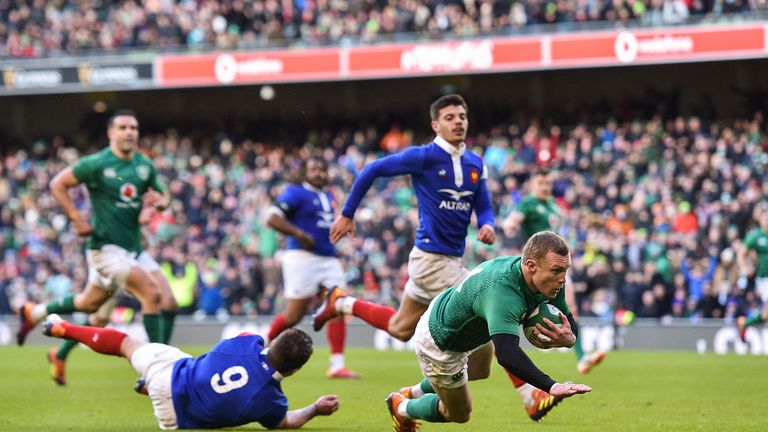 Keith Earls scoring for Ireland during their fine victory over France