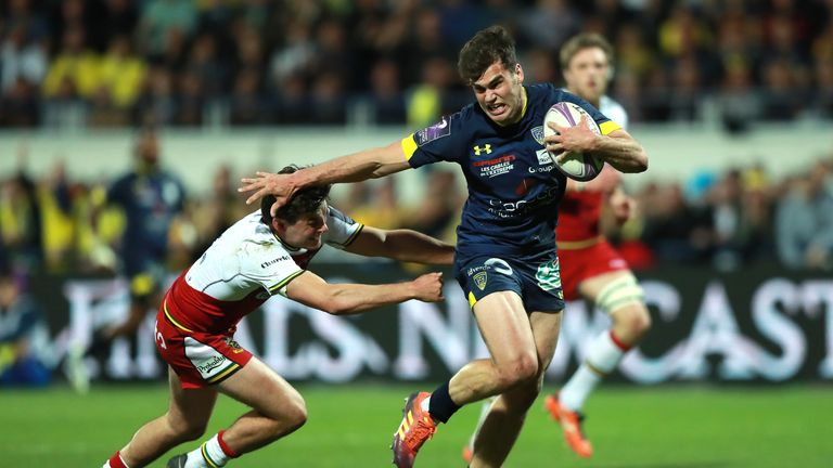 Clermont Auvergne's Damian Penaud breaks away from George Furbank to score