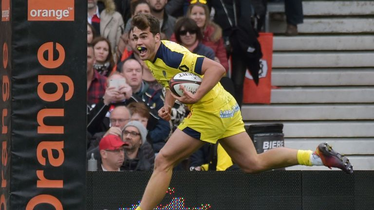 Damian Penaud goes over for Clermont