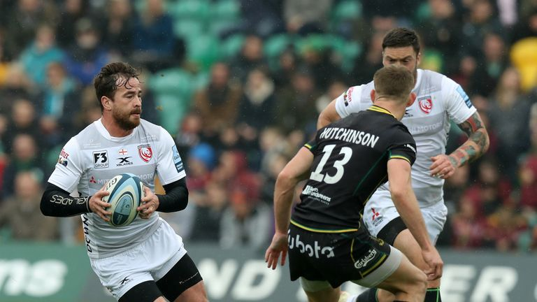 Danny Cipriani left the field lat on with an injury