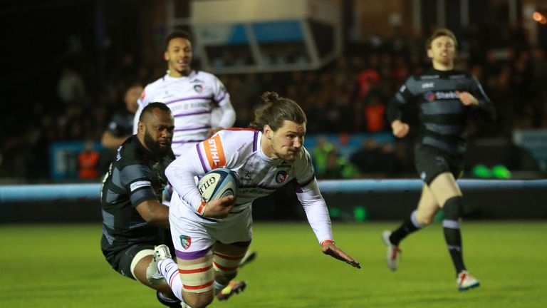 Guy Thompson of Leicester Tigers dives over for their second try