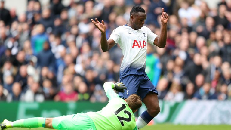 Victor Wanyama takes the ball around Ben Hamer to make it 1-0