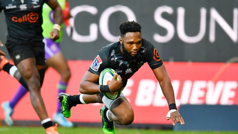 Lukhanyo Am scores a try during the Super Rugby match against the Stormers
