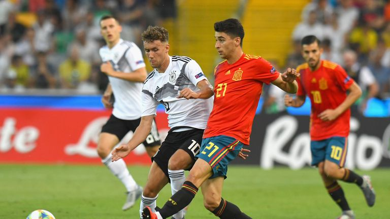 Luca Waldschmidt competes for the ball with Marc Roca