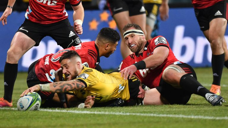 TJ Perenara scored a late try to keep the Hurricanes' hopes alive