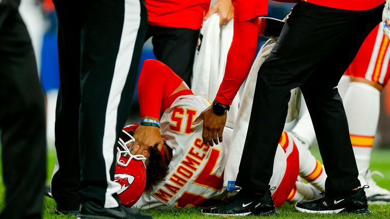 Mahomes writhes on the turf after hurting his knee