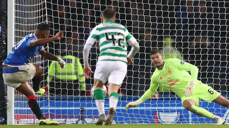 Celtic's Fraser Forster salva una penalización de Alfredo Morelos en la final de la Scottish League Cup