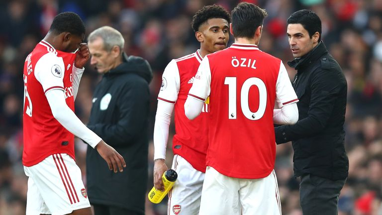 Mikel Arteta gives instructions to Mesut Ozil
