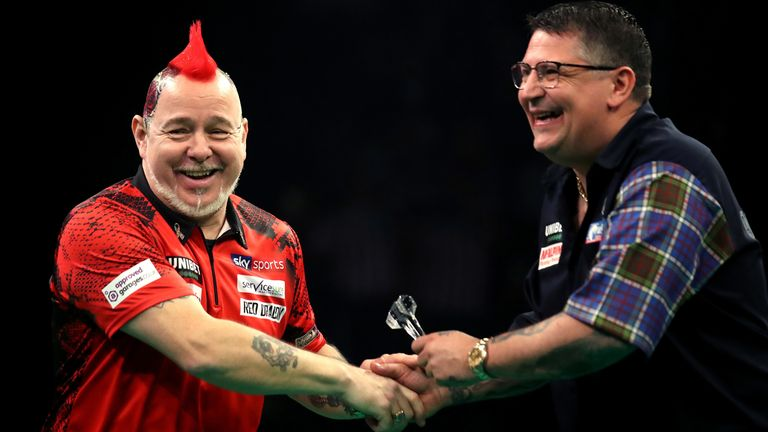 Peter Wright grabbed a point against Gary Anderson despite an ankle injury