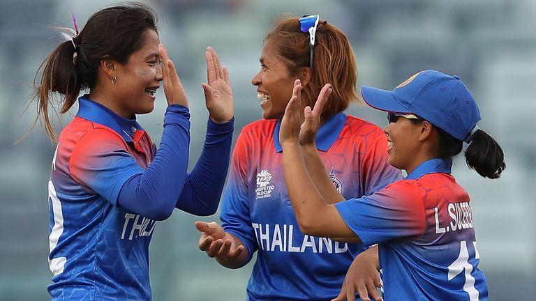Tailandia Las mujeres celebran un wicket en su primer partido de la Copa Mundial contra las Indias Occidentales