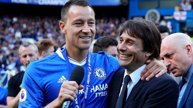 Chelsea-Kapitän John Terry und Manager Antonio Conte gewannen in der ersten verantwortlichen Saison den Premier League-Titel