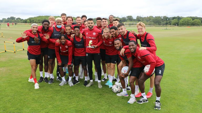 Brentford's David Raya (C) poses with his team-mates after winning the Championship Golden Glove award