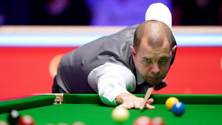 Barry Hawkins won the final frame of the night to draw level with Neil Robertson at 8-8