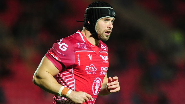 Leigh Halfpenny has agreed revised terms to remain at Scarlets next season