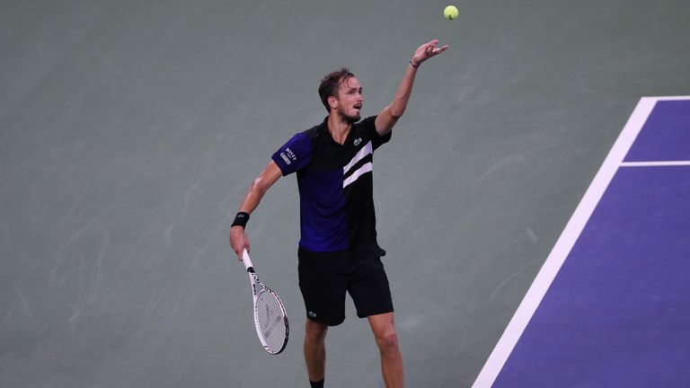 Daniil Medvedev won his match under the closed roof of Louis Armstrong Stadium