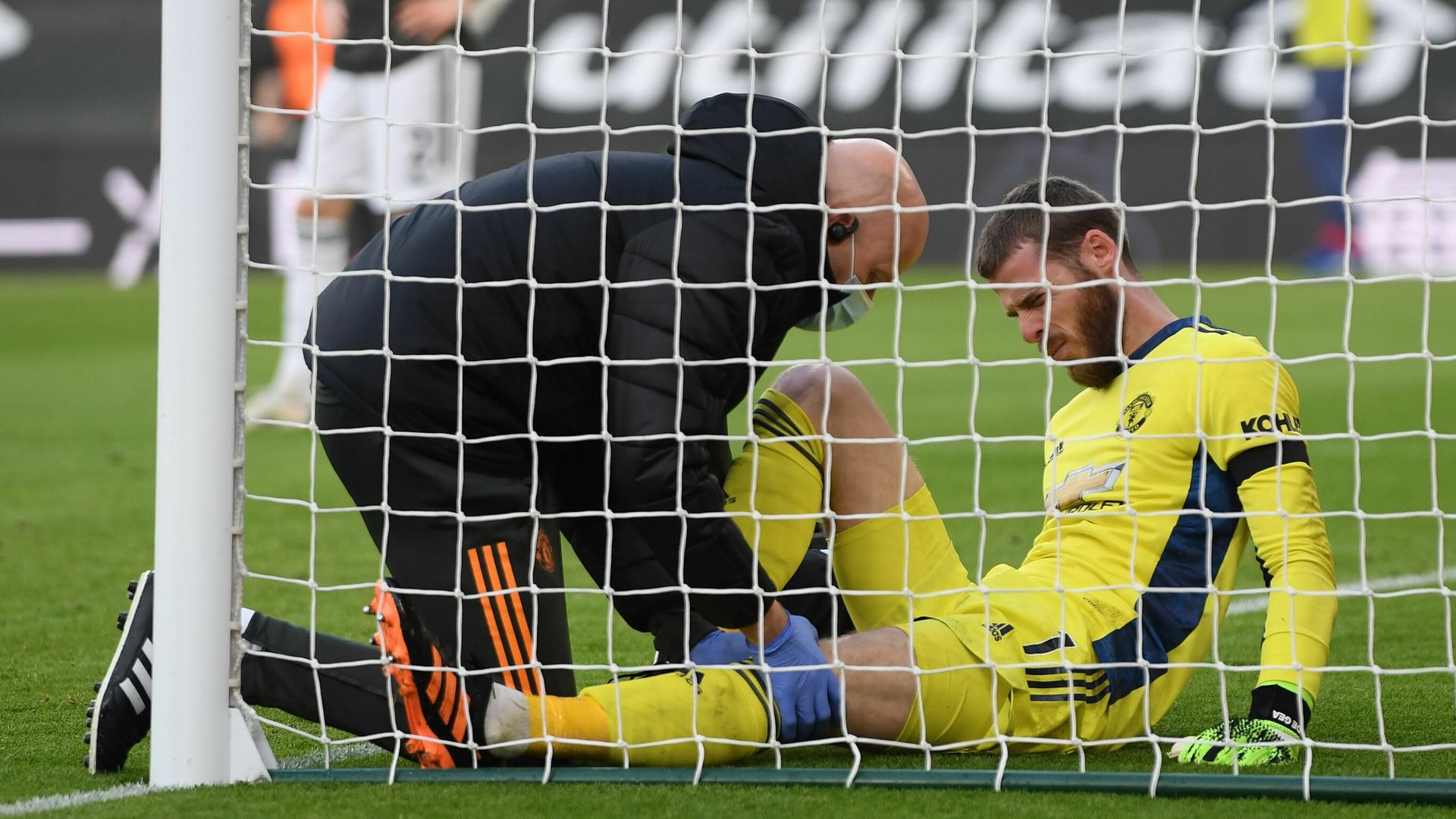 De Gea forced off with knee injury