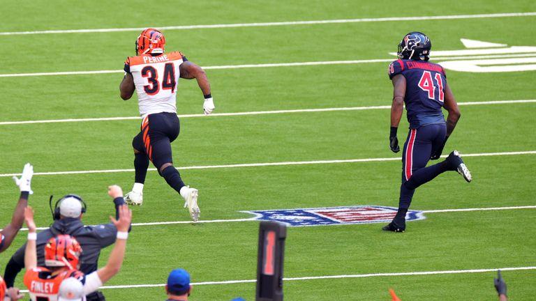 Samaje Perine scored an unbelievable 46-yard touchdown for Cincinnati against Houston in the second half.