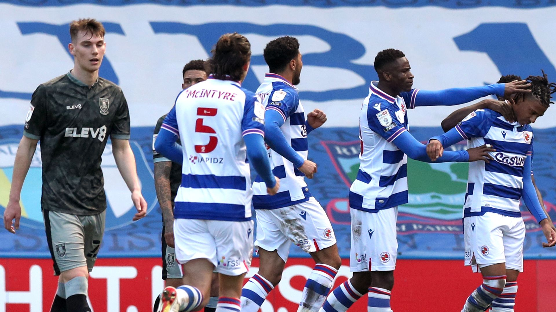 Reading cruise past 10-man Sheffield Wednesday