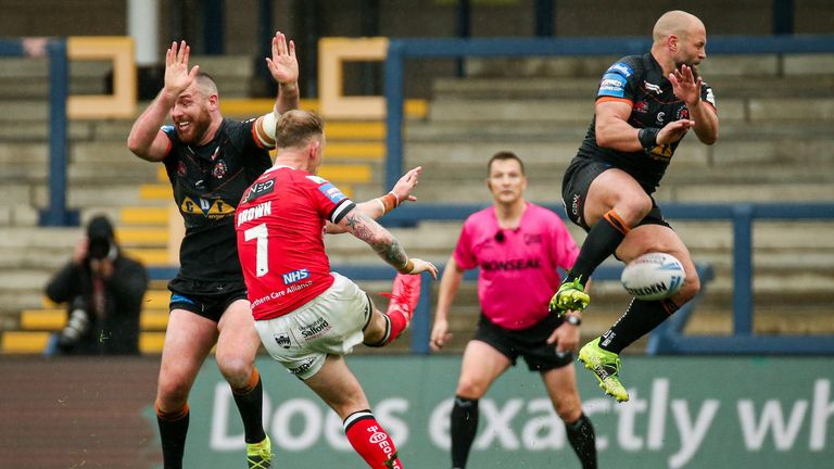 Before O'Brien's winner, Castleford's Paul McShane charged down a drop-goal attempt from Salford's Kevin Brown