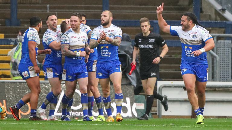 Leeds player celebrate Liam Sutcliffe's try