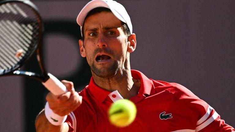 Novak Djokovic a renversé un déficit de deux sets pour vaincre Stefanos Tsitsipas lors de la finale du simple messieurs de Roland-Garros