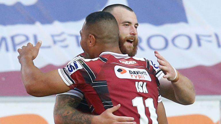 Jake Bibby et Willie Isa célèbrent un essai dans la victoire de Wigan contre Wakefield