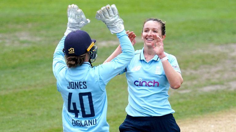 كان من المقرر أن يقوم فريق السيدات الإنجليزي بجولة في باكستان لأول مرة