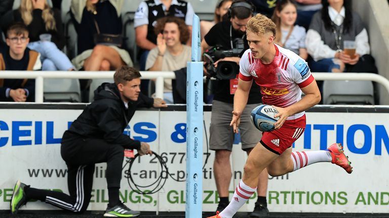 Louis Lynagh goes over for Quins