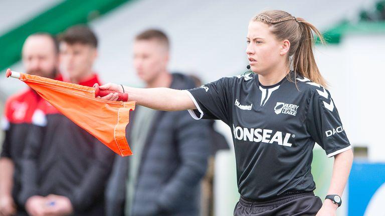 Tara Jones a combiné jouer dans la Premier League féminine avec la direction
